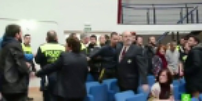 La Policía detiene a 19 personas por protestar contra los desahucios en un pleno en Moratalaz