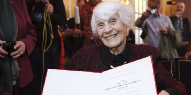 Una mujer de 102 años recibe el doctorado que le negaron los nazis