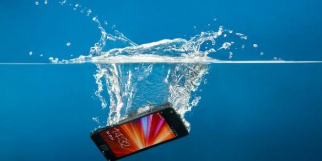 Cómo arreglar tu móvil mojado en tan sólo 7 minutos