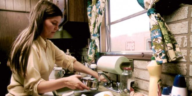 Las mujeres siguen encargándose de las labores domésticas