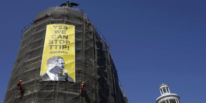 Greenpeace despliega una pancarta contra el TTIP en el edificio Metrópolis de Gran Vía