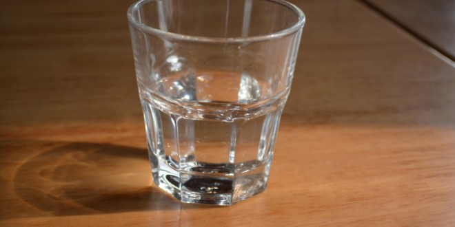 Agua rancia: ¿hasta cuándo puedes estar bebiendo del agua de tu mesilla de noche?