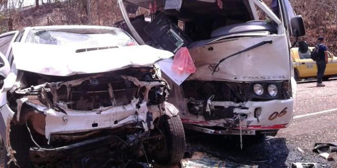 Asistidas 15 personas tras una colisión entre una furgoneta y un turismo en Atarfe
