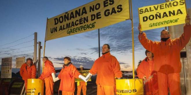 Activistas de Greenpeace bloquean las obras de Gas Natural en Doñana