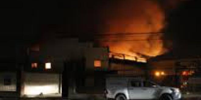 Arde un complejo de naves de reciclaje de ropas en Atarfe