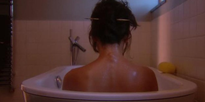 Fallece una mujer electrocutada por usar el móvil en la bañera