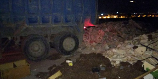 La Policía Local de Atarfe sorprende a un camionero en el momento que vertía 20 toneladas de escombro en zona de vega