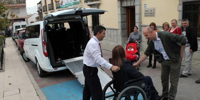 Atarfe estrena el primer taxi adaptado para personas con discapacidad y movilidad reducida