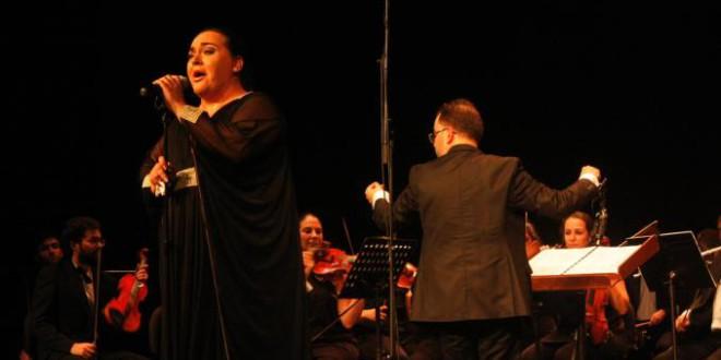 Éxito de Falete y la Orquesta Sinfónica Ciudad de Atarfe en el homenaje a Rocío Jurado en Almuñécar