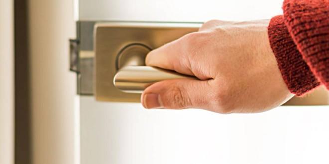 La Policía avisa: si alguien te hace esta oferta mientras estás en casa, no abras