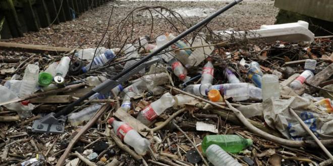 Europa veta la venta de pajitas, bastoncillos y cubiertos de plástico