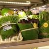Un supermercado de Tailandia sustituye los envases de plástico por hojas gigantes de plátano