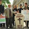 Historia del voto rogado, el sistema que ha hundido la participación electoral de los españoles en el extranjero