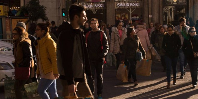 El ingreso medio de los españoles supera el nivel previo a la crisis, pero el riesgo de pobreza no