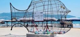 """Colocan """"Peces Gigantes"""" en Playas de México para recolectar plásticos"""