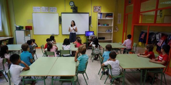 Planchar, leer a poetas o seguir a científicas: las «aulas violetas» que Vox quiere suprimir
