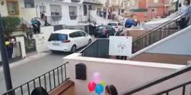 Unos vecinos de Atarfe felicitan el cumpleaños a una niña cantando desde sus casas