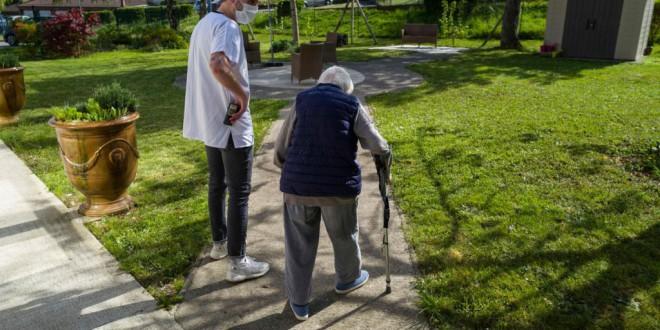 """La """"rebelión de las canas"""" hace recular a Macron en la prolongación del confinamiento de los mayores"""