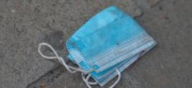 Por qué deberías quitar las gomas de las mascarillas antes de tirarlas a la basura