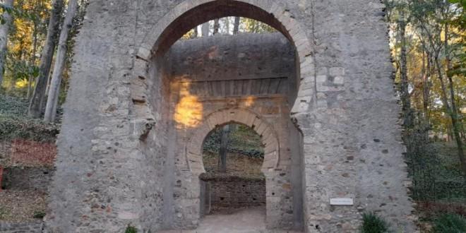 El proyecto de restauración y consolidación ha sido muy leve y poco agresivo La Puerta de Bib-Rambla luce como nueva en el bosque de la Alhambra