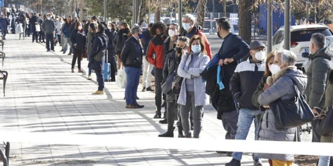 Largas colas por el inicio del cribado a los profesores de Granada antes de la vuelta a las aulas