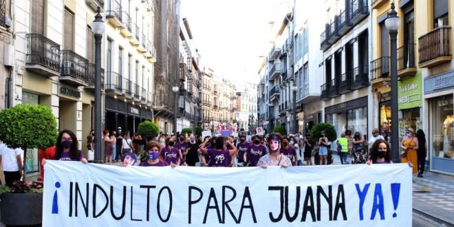 """""""Si Juana entra en la cárcel, todas vamos con ella"""": cientos de personas piden el indulto de Juana Rivas en Granada"""