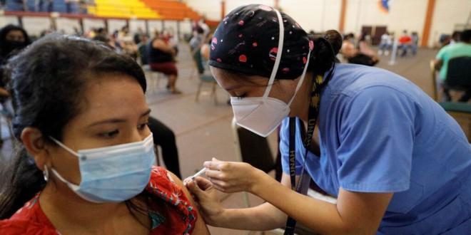Crecen las certezas de que una tercera dosis general de la vacuna es innecesaria a pesar de la presión de las farmacéuticas