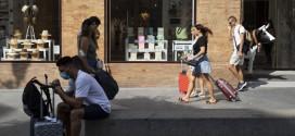 La incesante presión de los pisos turísticos lleva a las capitales andaluzas a perder población en el centro