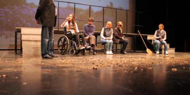 Escolares de Atarfe asisten al estreno de una obra de teatro en defensa de los derechos de las personas con discapacidad