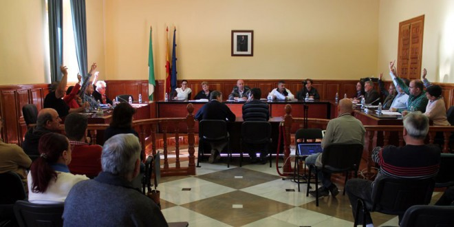 Los grupos municipales debaten en el pleno la relación de puestos de trabajo y la gestión de la limpieza y recogida de basura