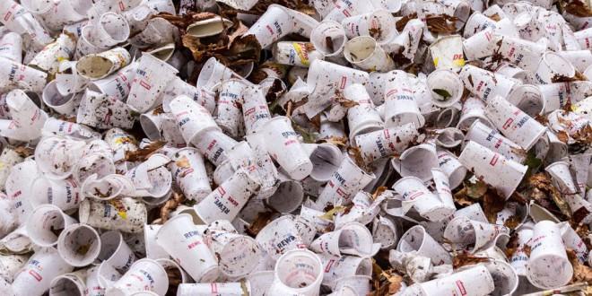 La Eurocámara aprueba prohibir los platos, cubiertos y pajitas de plástico a partir de 2021