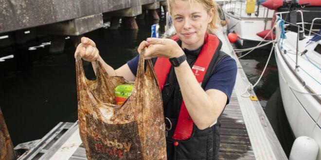 Así queda una bolsa de plástico biodegradable después de tres años metida en el mar