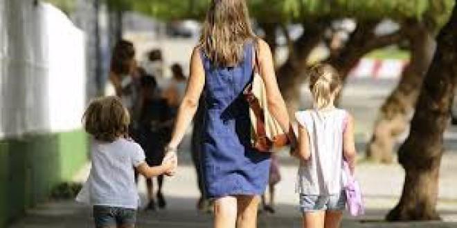 Un 42,9 % de las familias monoparentales en España están en riesgo de pobreza