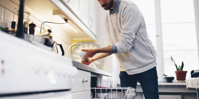 Por qué es un error enjuagar los platos antes de meterlos en el lavavajillas