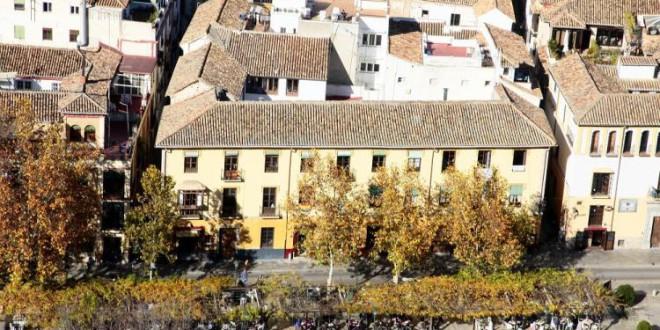 El Ayuntamiento de Granada trata el pavimento de piedra de Sierra Elvira junto al Paseo de los Tristes para evitar caídas