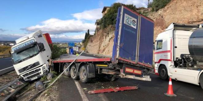 ATARFE: El accidente de un camión corta parcialmente seis horas la A-92