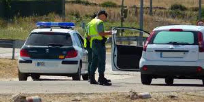 Las 4 cosas que debes hacer si un coche de la Guardia Civil se coloca detrás de ti con las luces