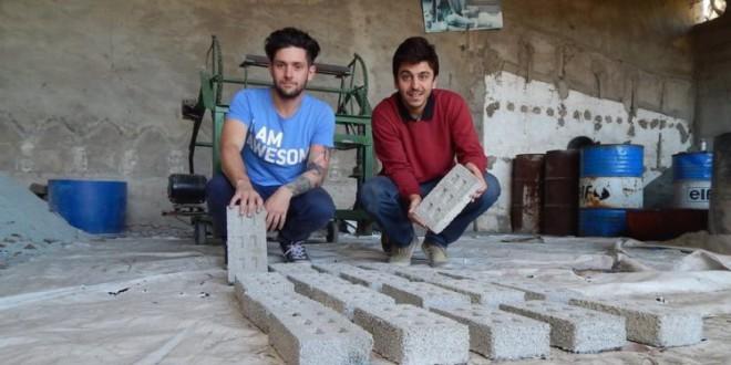 3 amigos fundan empresa de ladrillos de envases plásticos