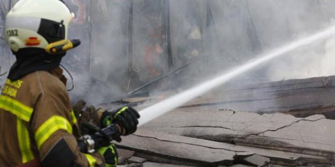 CAPARACENA : El incendio en una empresa avícola fulmina una nave y derrama 2.000 litros de ácido