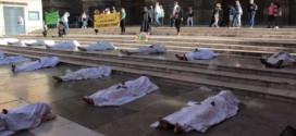 Extinction Rebellion cubre la Plaza de las Pasiegas de «cadáveres» porque «La inacción climática supone morir»