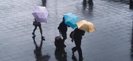 No sustituir la mascarilla por la bufanda y quitarse los guantes antes de manipularla: recomendaciones para evitar la propagación del coronavirus con frío, viento y lluvia