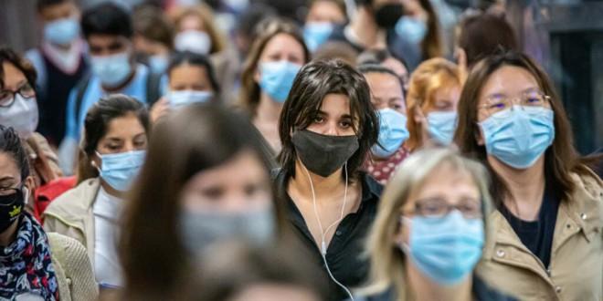 «Va a costar soltar esa defensa»: una psicóloga explica por qué los ciudadanos siguen llevando la mascarilla