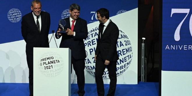 Y Carmen Mola eran tres tíos: la broma del Premio Planeta más reaccionario